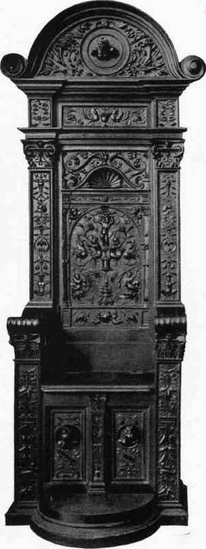 Chaise en bois sculpté. XVI siècle. Appartenant à M. Chabriere Arles.